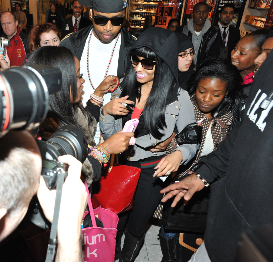 nicki minaj arrives in london