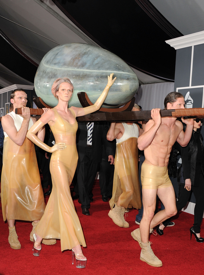lady gaga red carpet at Grammy Awards2011