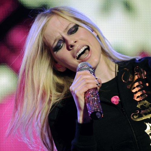 Avril Lavigne Tweets About Taylor Swift Meet & Greet Picture Comparisons