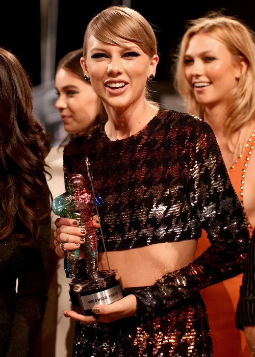 Taylor Swift wins best pop video at the mtv vmas 2015