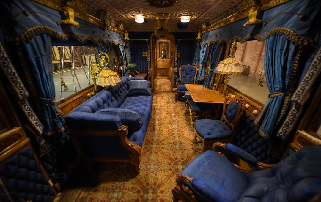what does the royal train look like inside the train where the queen and meghan markle slept. Black Bedroom Furniture Sets. Home Design Ideas